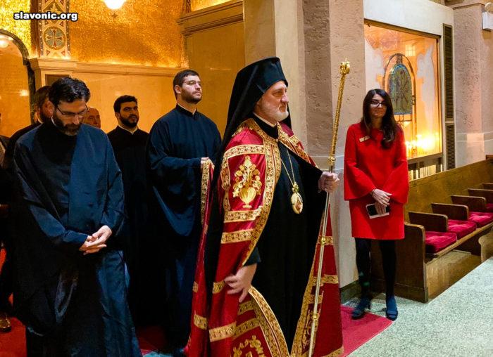 Архиепископ Елпидофор перед началом Литургии