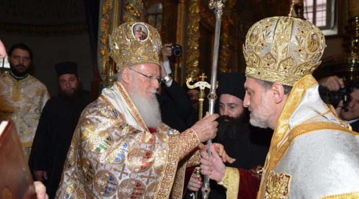 Вселенский Патриарха Варфоломей вручает рукоположенному митрополиту епископский жезл