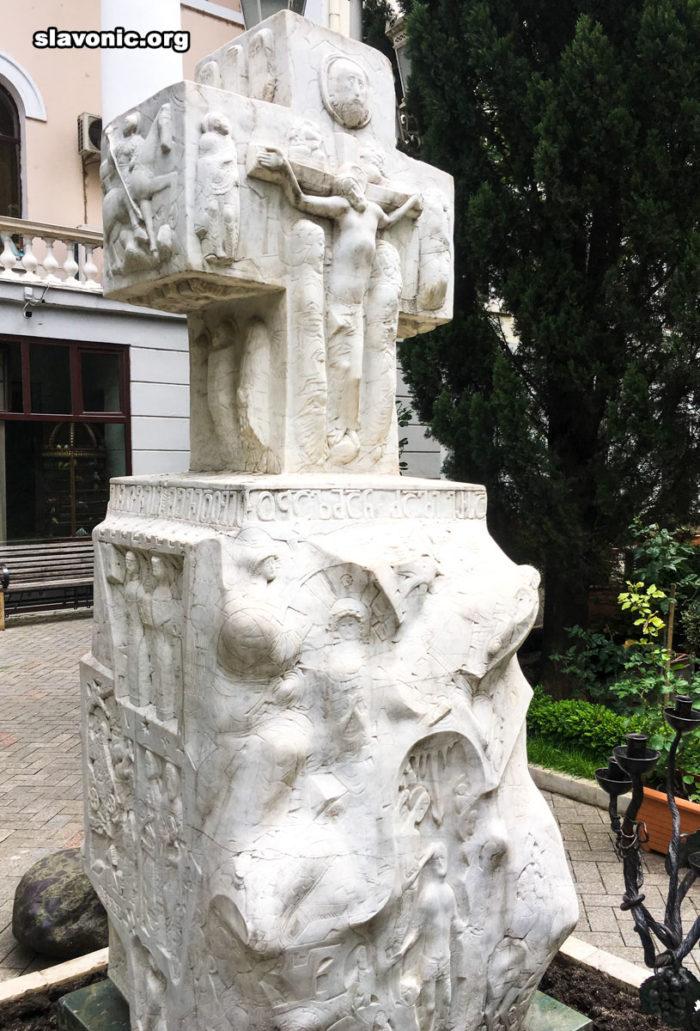 Крест возле резиденцим Предстоятеля Грузинской Православной Церкви